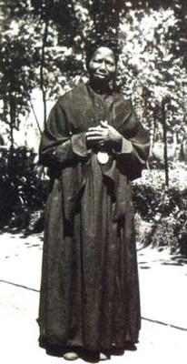 À l'origine, les canossiennes étaient vêtues d'un habit religieux de couleur marron foncé formé d'une longue robe, avec un châle noir croisé sur le devant et une petite coiffe noire, à la manière des femmes du peuple de l'époque. Elles portaient au cou un grand médaillon métallique de forme ovale, soutenu par un cordon noir et représentant la Vierge des Douleurs à l'avers et les symboles de la passion du Christ au revers. Cet habit et cette coiffe à la mode du xixesiècle ont été abandonnés dans les années 1960 pour laisser la place a un habit gris clair à jupe courte avec un petit voile blanc, gris ou noir sur la tête