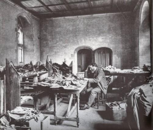 Solomon-Schechter-étudiant-les-manuscrits-de-la-guenizah-de-la-synagogue-Ben-Ezra-au-Caire