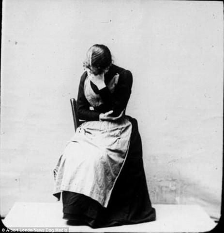 Une-femme-qui-souffre-de-catalepsie-causée-par-lhystérie2.jpg